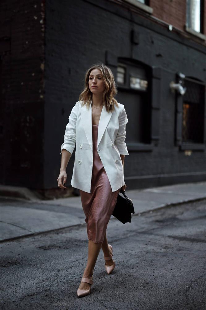 Slip dress + blazer: Cặp đôi trái dấu giúp nàng 30+ đẹp xuất sắc trong ngày trở lại sở làm-6