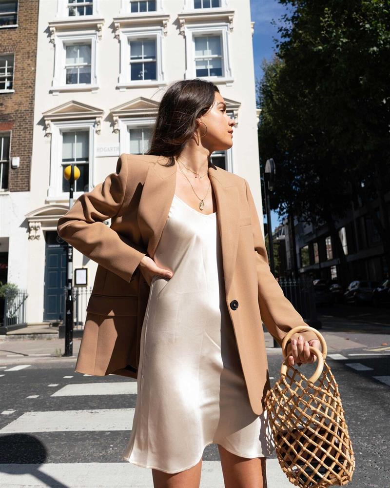 Slip dress + blazer: Cặp đôi trái dấu giúp nàng 30+ đẹp xuất sắc trong ngày trở lại sở làm-8