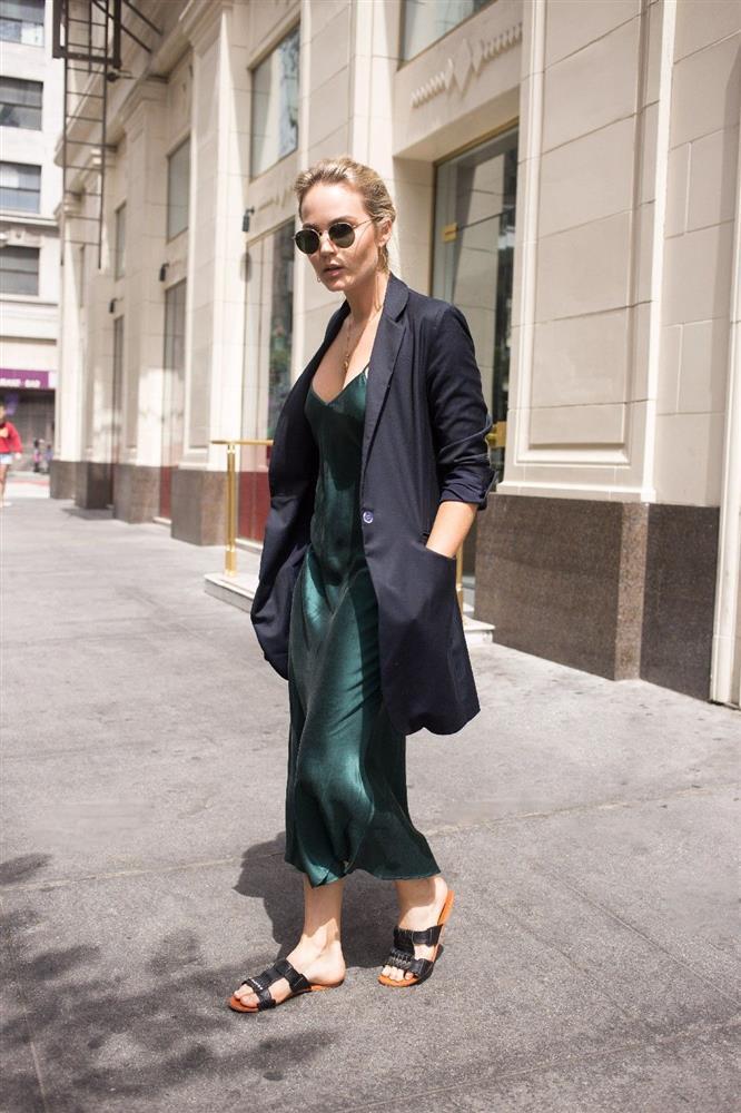 Slip dress + blazer: Cặp đôi trái dấu giúp nàng 30+ đẹp xuất sắc trong ngày trở lại sở làm-11