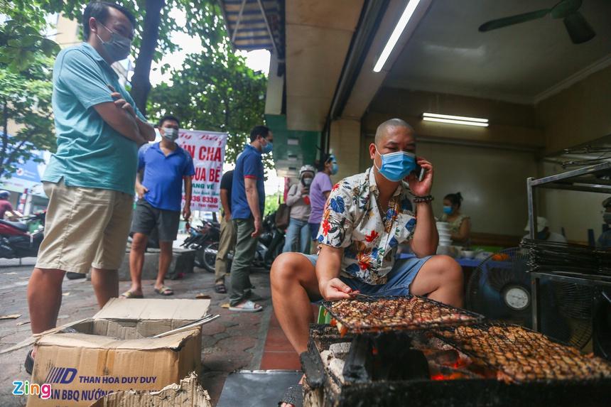 Quán ăn ở Hà Nội từ chối khách vì quá đông người mua về-1