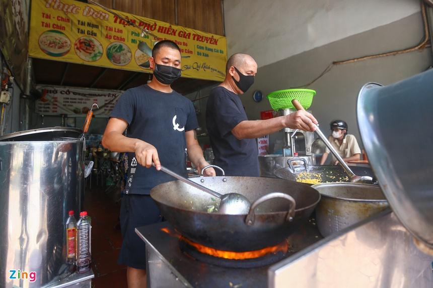 Quán ăn ở Hà Nội từ chối khách vì quá đông người mua về-8
