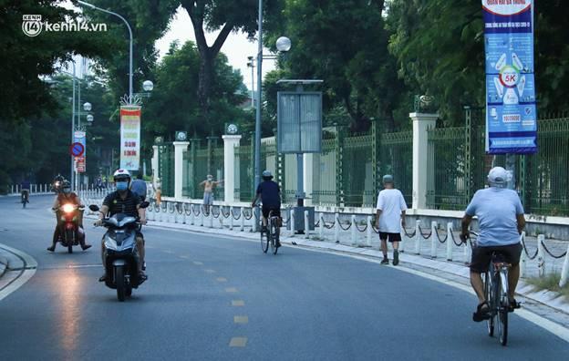 Toàn cảnh Hà Nội trong ngày đầu nới lỏng giãn cách: Đặc sản tắc đường, nhịp sống quay trở lại, người dân ùn ùn ra cửa ngõ rời Thủ đô-1