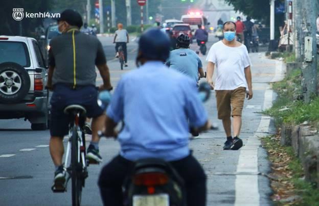 Toàn cảnh Hà Nội trong ngày đầu nới lỏng giãn cách: Đặc sản tắc đường, nhịp sống quay trở lại, người dân ùn ùn ra cửa ngõ rời Thủ đô-2