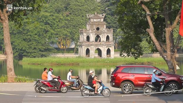 Toàn cảnh Hà Nội trong ngày đầu nới lỏng giãn cách: Đặc sản tắc đường, nhịp sống quay trở lại, người dân ùn ùn ra cửa ngõ rời Thủ đô-10