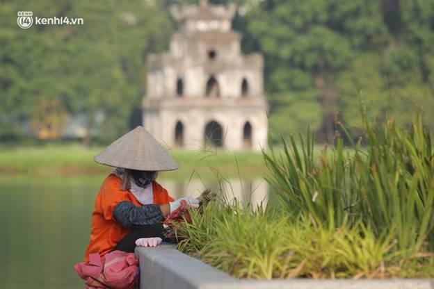 Toàn cảnh Hà Nội trong ngày đầu nới lỏng giãn cách: Đặc sản tắc đường, nhịp sống quay trở lại, người dân ùn ùn ra cửa ngõ rời Thủ đô-11