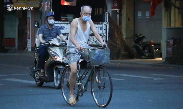 Toàn cảnh Hà Nội trong ngày đầu nới lỏng giãn cách: Đặc sản tắc đường, nhịp sống quay trở lại, người dân ùn ùn ra cửa ngõ rời Thủ đô-3