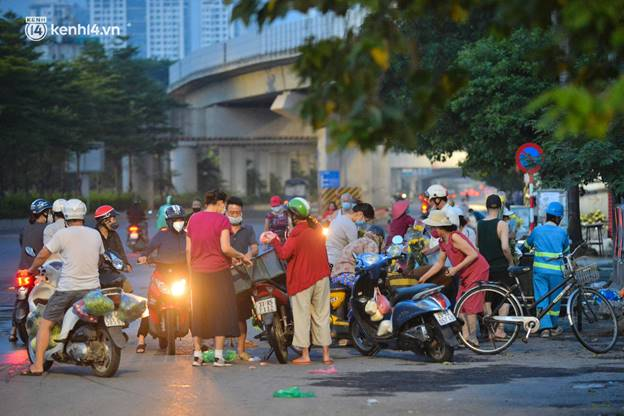 Toàn cảnh Hà Nội trong ngày đầu nới lỏng giãn cách: Đặc sản tắc đường, nhịp sống quay trở lại, người dân ùn ùn ra cửa ngõ rời Thủ đô-4