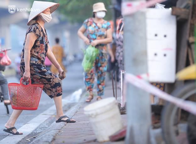 Toàn cảnh Hà Nội trong ngày đầu nới lỏng giãn cách: Đặc sản tắc đường, nhịp sống quay trở lại, người dân ùn ùn ra cửa ngõ rời Thủ đô-5