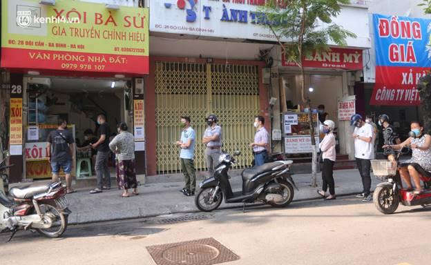 Toàn cảnh Hà Nội trong ngày đầu nới lỏng giãn cách: Đặc sản tắc đường, nhịp sống quay trở lại, người dân ùn ùn ra cửa ngõ rời Thủ đô-8