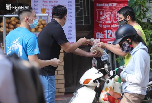 Toàn cảnh Hà Nội trong ngày đầu nới lỏng giãn cách: Đặc sản tắc đường, nhịp sống quay trở lại, người dân ùn ùn ra cửa ngõ rời Thủ đô-9