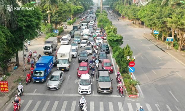 Toàn cảnh Hà Nội trong ngày đầu nới lỏng giãn cách: Đặc sản tắc đường, nhịp sống quay trở lại, người dân ùn ùn ra cửa ngõ rời Thủ đô-15