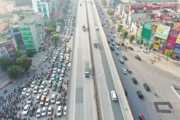 Toàn cảnh Hà Nội trong ngày đầu nới lỏng giãn cách: Đặc sản tắc đường, nhịp sống quay trở lại, người dân ùn ùn ra cửa ngõ rời Thủ đô-16