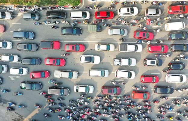 Toàn cảnh Hà Nội trong ngày đầu nới lỏng giãn cách: Đặc sản tắc đường, nhịp sống quay trở lại, người dân ùn ùn ra cửa ngõ rời Thủ đô-17