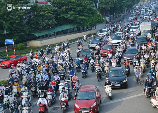 Toàn cảnh Hà Nội trong ngày đầu nới lỏng giãn cách: Đặc sản tắc đường, nhịp sống quay trở lại, người dân ùn ùn ra cửa ngõ rời Thủ đô-18