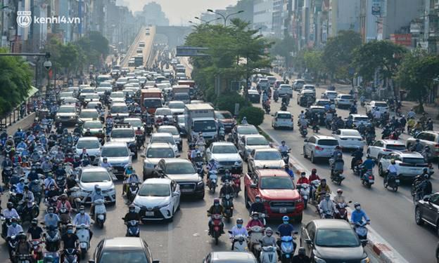 Toàn cảnh Hà Nội trong ngày đầu nới lỏng giãn cách: Đặc sản tắc đường, nhịp sống quay trở lại, người dân ùn ùn ra cửa ngõ rời Thủ đô-19