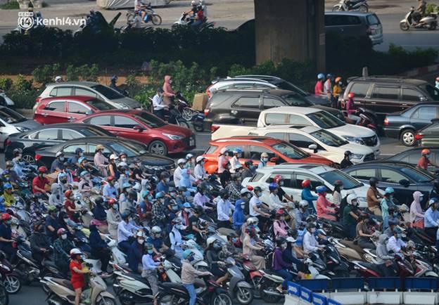 Toàn cảnh Hà Nội trong ngày đầu nới lỏng giãn cách: Đặc sản tắc đường, nhịp sống quay trở lại, người dân ùn ùn ra cửa ngõ rời Thủ đô-20