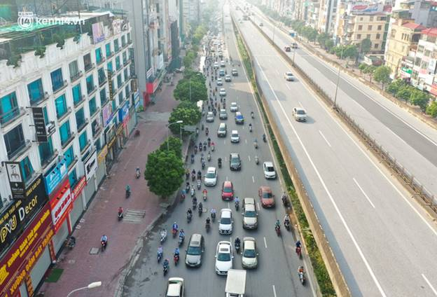 Toàn cảnh Hà Nội trong ngày đầu nới lỏng giãn cách: Đặc sản tắc đường, nhịp sống quay trở lại, người dân ùn ùn ra cửa ngõ rời Thủ đô-21