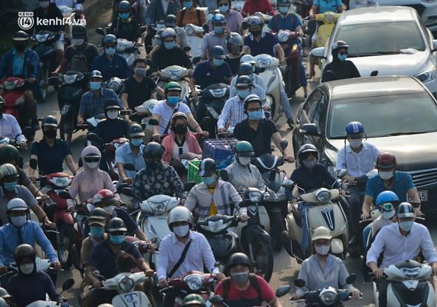 Toàn cảnh Hà Nội trong ngày đầu nới lỏng giãn cách: Đặc sản tắc đường, nhịp sống quay trở lại, người dân ùn ùn ra cửa ngõ rời Thủ đô-22