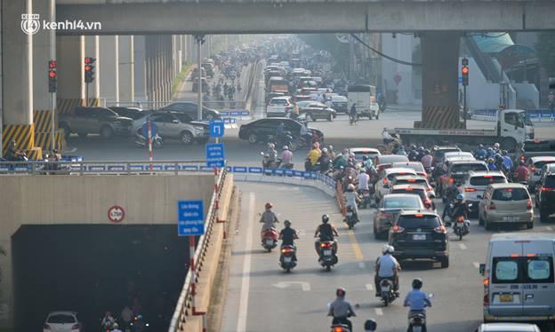 Toàn cảnh Hà Nội trong ngày đầu nới lỏng giãn cách: Đặc sản tắc đường, nhịp sống quay trở lại, người dân ùn ùn ra cửa ngõ rời Thủ đô-23