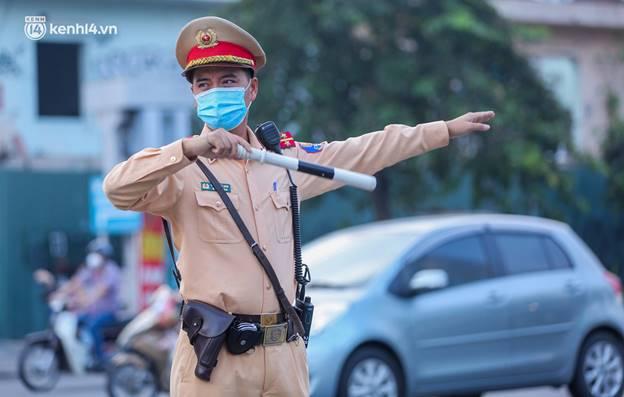 Toàn cảnh Hà Nội trong ngày đầu nới lỏng giãn cách: Đặc sản tắc đường, nhịp sống quay trở lại, người dân ùn ùn ra cửa ngõ rời Thủ đô-24