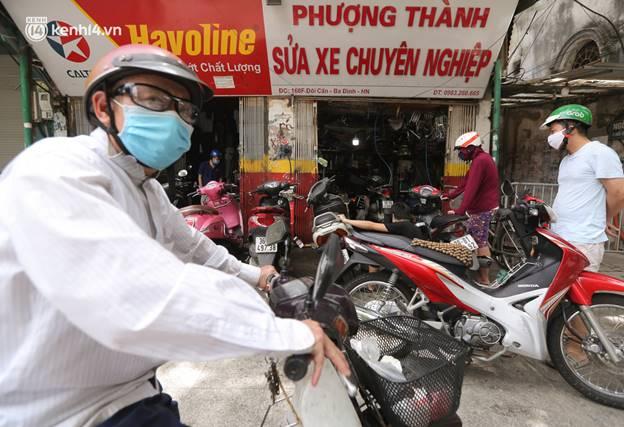 Toàn cảnh Hà Nội trong ngày đầu nới lỏng giãn cách: Đặc sản tắc đường, nhịp sống quay trở lại, người dân ùn ùn ra cửa ngõ rời Thủ đô-29