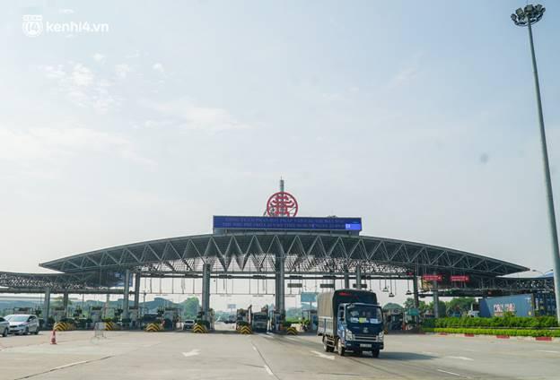 Toàn cảnh Hà Nội trong ngày đầu nới lỏng giãn cách: Đặc sản tắc đường, nhịp sống quay trở lại, người dân ùn ùn ra cửa ngõ rời Thủ đô-33