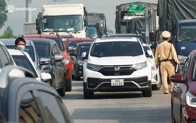 Toàn cảnh Hà Nội trong ngày đầu nới lỏng giãn cách: Đặc sản tắc đường, nhịp sống quay trở lại, người dân ùn ùn ra cửa ngõ rời Thủ đô-34
