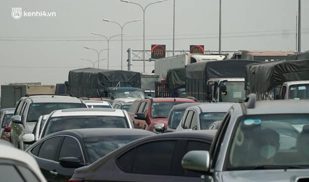 Toàn cảnh Hà Nội trong ngày đầu nới lỏng giãn cách: Đặc sản tắc đường, nhịp sống quay trở lại, người dân ùn ùn ra cửa ngõ rời Thủ đô-35