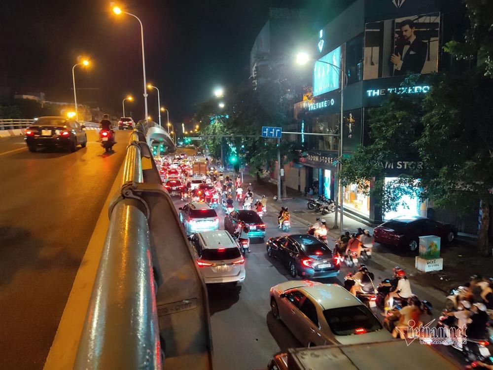 Biển người ở Hà Nội đổ ra đường vui Trung thu sau ngày dài giãn cách-1