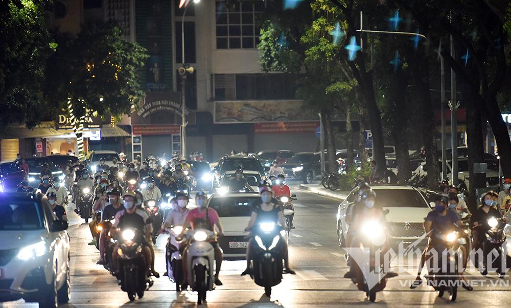Biển người ở Hà Nội đổ ra đường vui Trung thu sau ngày dài giãn cách-12