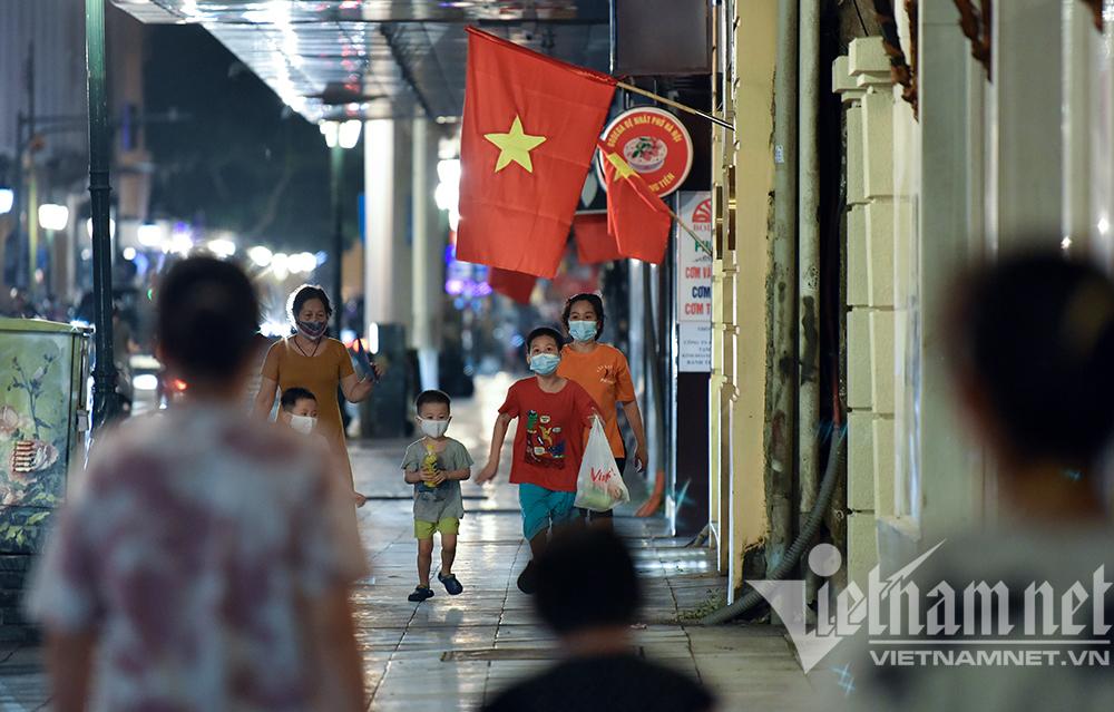 Biển người ở Hà Nội đổ ra đường vui Trung thu sau ngày dài giãn cách-13