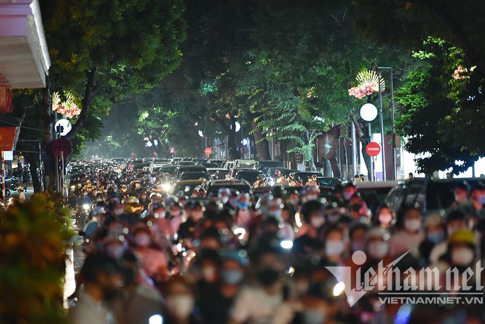 Biển người ở Hà Nội đổ ra đường vui Trung thu sau ngày dài giãn cách-3