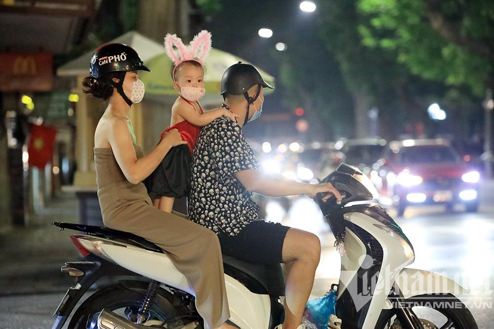 Biển người ở Hà Nội đổ ra đường vui Trung thu sau ngày dài giãn cách-7