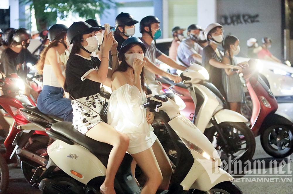 Biển người ở Hà Nội đổ ra đường vui Trung thu sau ngày dài giãn cách-8