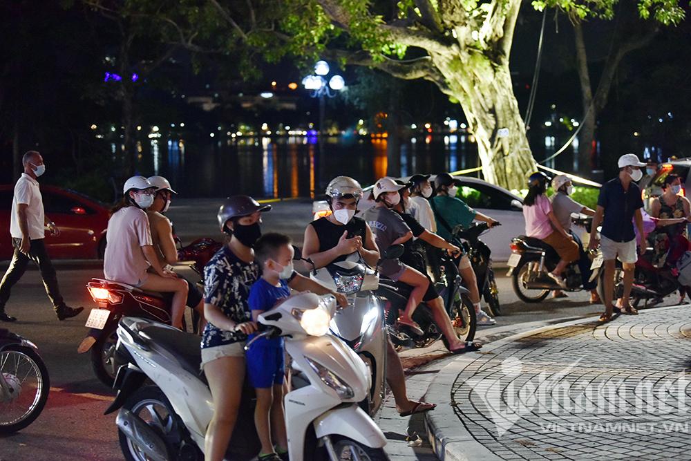 Biển người ở Hà Nội đổ ra đường vui Trung thu sau ngày dài giãn cách-18