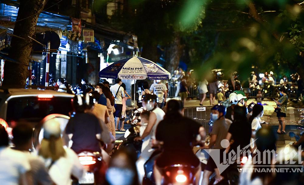 Biển người ở Hà Nội đổ ra đường vui Trung thu sau ngày dài giãn cách-20