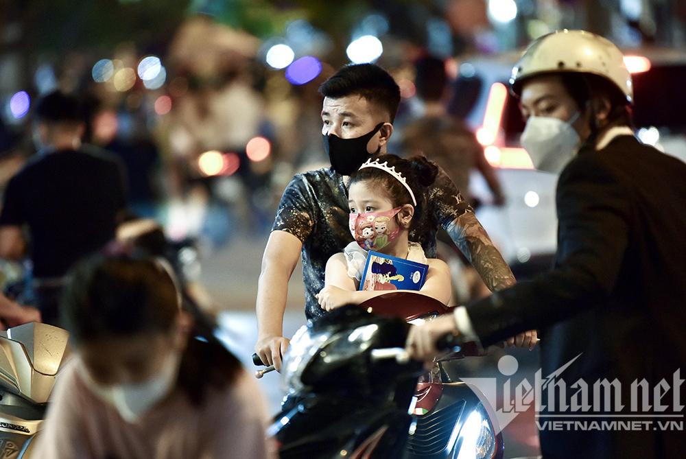 Biển người ở Hà Nội đổ ra đường vui Trung thu sau ngày dài giãn cách-21