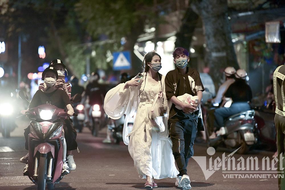 Biển người ở Hà Nội đổ ra đường vui Trung thu sau ngày dài giãn cách-22