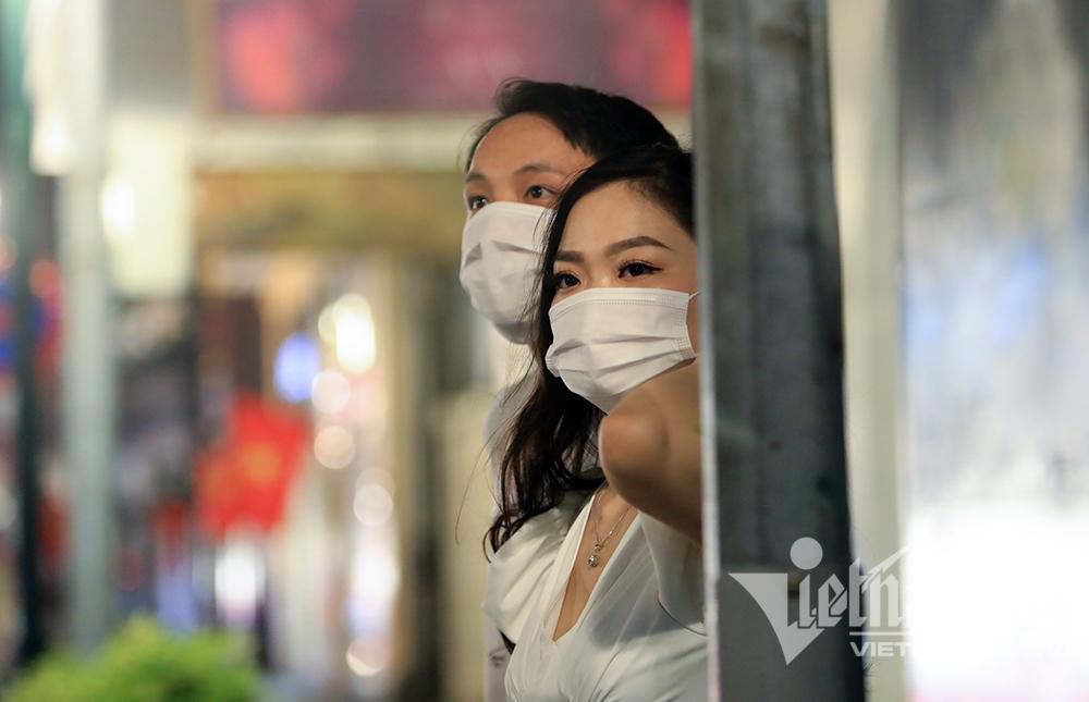 Biển người ở Hà Nội đổ ra đường vui Trung thu sau ngày dài giãn cách-23