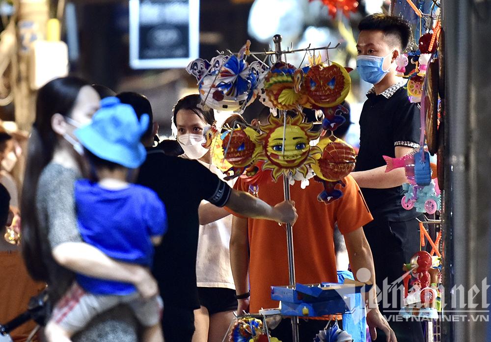 Biển người ở Hà Nội đổ ra đường vui Trung thu sau ngày dài giãn cách-25