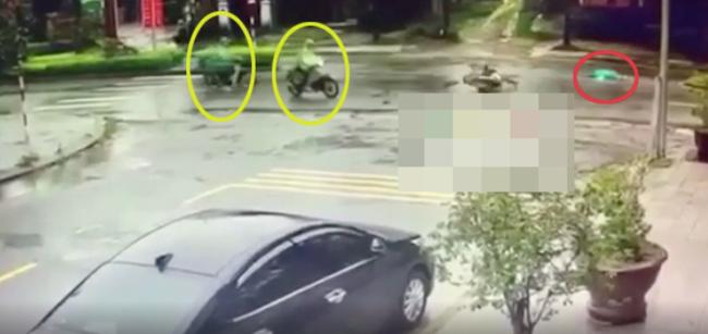 Người phụ nữ bị xe đâm văng xuống đường nằm bất động, thái độ của những người chứng kiến gây phẫn nộ-1