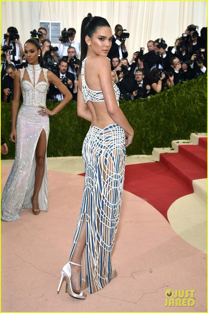 Trước bộ đồ mỏng như cánh ve khoe trọn body, chẳng ngờ Kendall Jenner từng có quá khứ kín đáo nhường này tại Met Gala-10