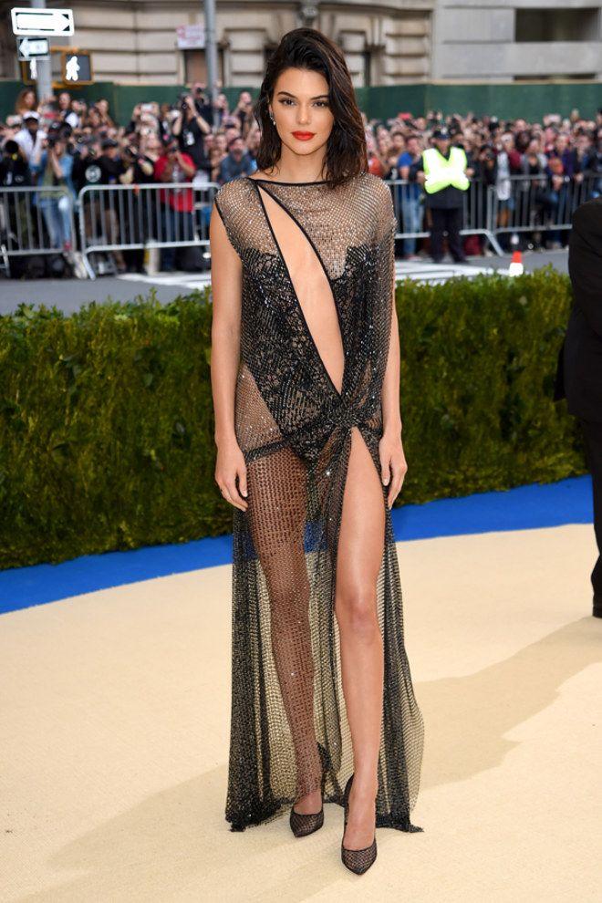 Trước bộ đồ mỏng như cánh ve khoe trọn body, chẳng ngờ Kendall Jenner từng có quá khứ kín đáo nhường này tại Met Gala-11