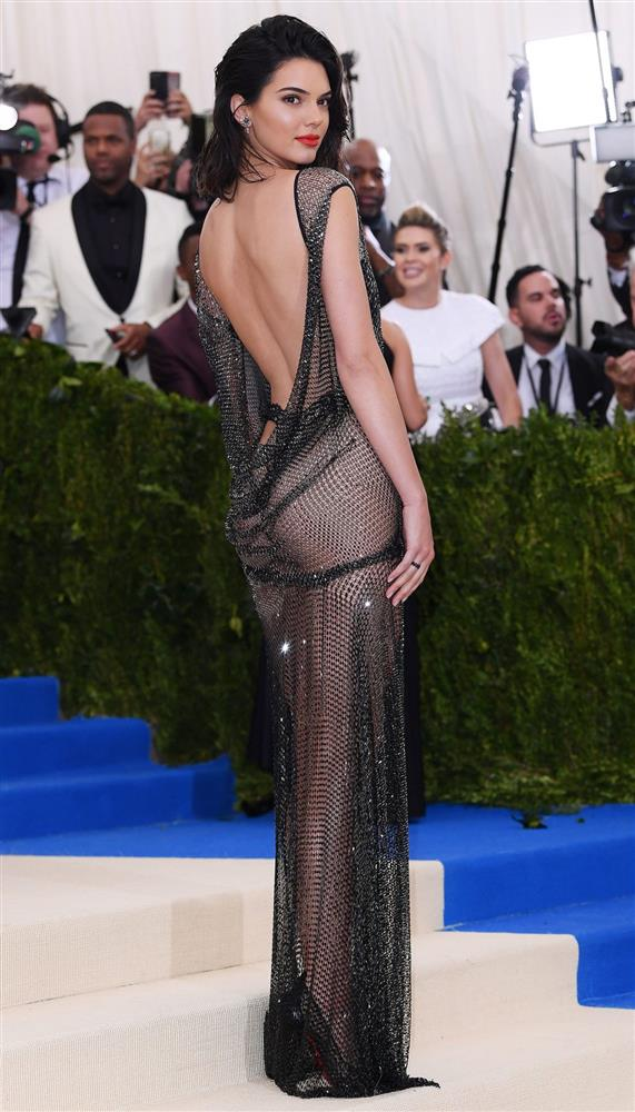Trước bộ đồ mỏng như cánh ve khoe trọn body, chẳng ngờ Kendall Jenner từng có quá khứ kín đáo nhường này tại Met Gala-12
