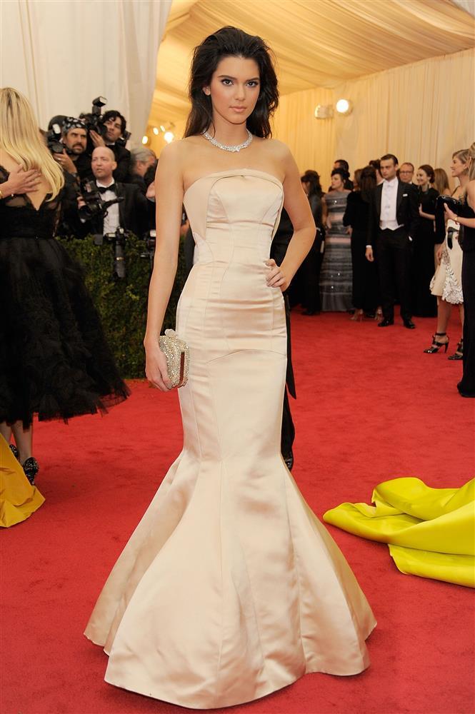 Trước bộ đồ mỏng như cánh ve khoe trọn body, chẳng ngờ Kendall Jenner từng có quá khứ kín đáo nhường này tại Met Gala-6