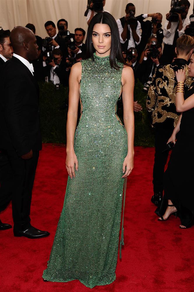 Trước bộ đồ mỏng như cánh ve khoe trọn body, chẳng ngờ Kendall Jenner từng có quá khứ kín đáo nhường này tại Met Gala-7