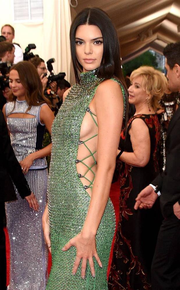 Trước bộ đồ mỏng như cánh ve khoe trọn body, chẳng ngờ Kendall Jenner từng có quá khứ kín đáo nhường này tại Met Gala-8