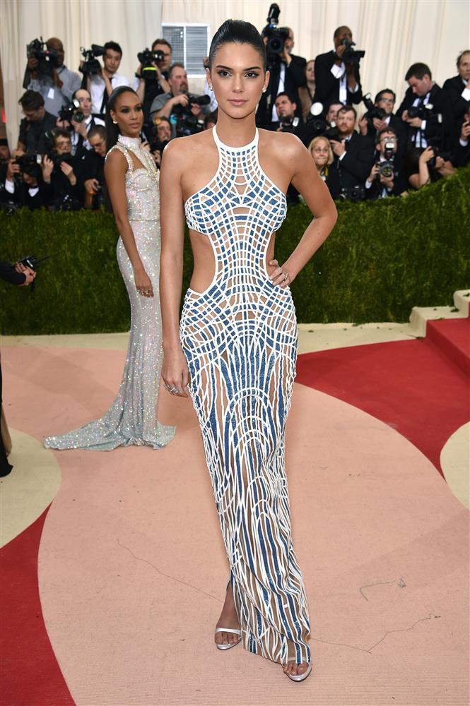 Trước bộ đồ mỏng như cánh ve khoe trọn body, chẳng ngờ Kendall Jenner từng có quá khứ kín đáo nhường này tại Met Gala-9