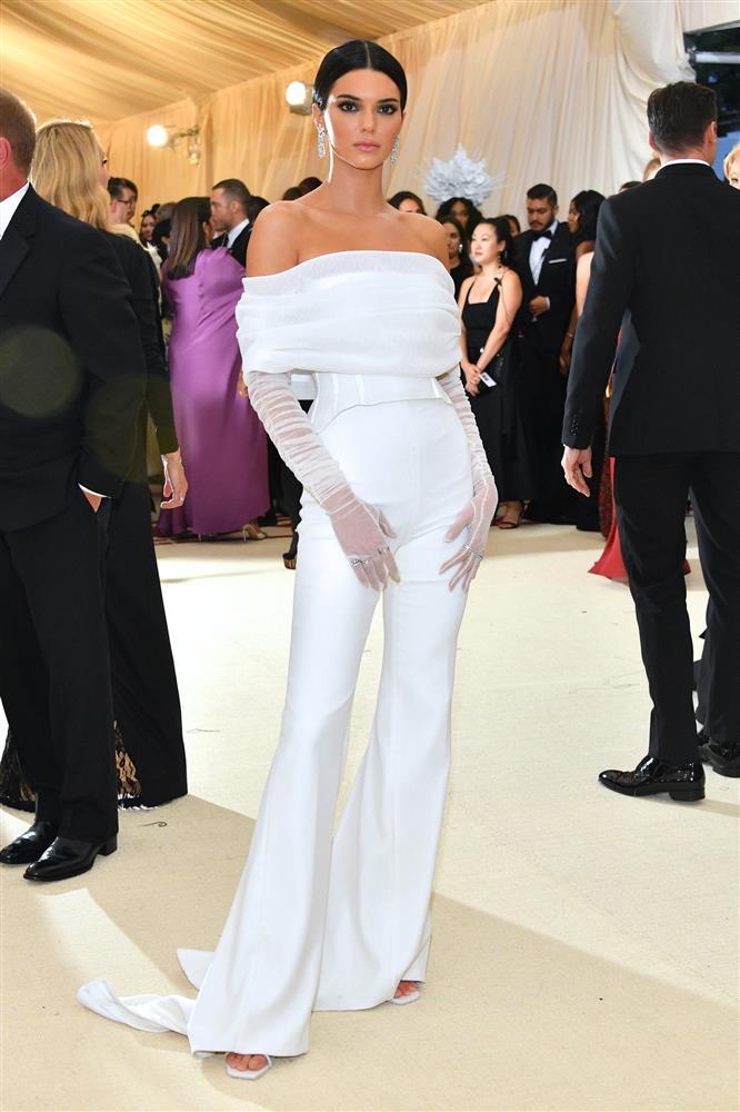 Trước bộ đồ mỏng như cánh ve khoe trọn body, chẳng ngờ Kendall Jenner từng có quá khứ kín đáo nhường này tại Met Gala-13