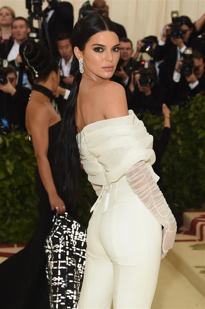 Trước bộ đồ mỏng như cánh ve khoe trọn body, chẳng ngờ Kendall Jenner từng có quá khứ kín đáo nhường này tại Met Gala-14